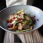 Салат с подкопченной индейкой и запеченой грушей