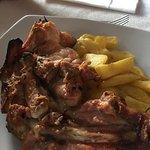 Segundo plato del menú, muslo de pollo a la brasa.