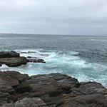 pedras à beira mar