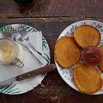 tortitas de calabaza con mermelada de albaricoque y mousse de piña