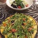 Черная пицца и салат Деконструктор
