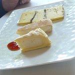 Une assiette de fromages avec sa confiture de tomates du jardin