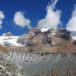 Panorama sui ghiacciai ed il Monte Rosa a ridosso del lago blu