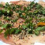 Carpaccio di Tonno affumicato al Pepe e Insalatina di Quinoa