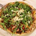Sempre una certezza nonostante la ressa servizio veloce e gentile pizza eccellente dolci buoni p