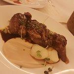 Terrina melosa de rabo de toro, milhojas de patata y coliflor rustida