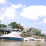 Nhà hàng hải sản trên sông. Đón khách bằng thuyền tại bến 88 Nguyễn Đức Cảnh, Tân Phong,Quận 7.