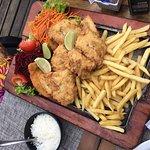Pez y Pollo milanesa con ensalada, papas fritas y arroz para tres personas