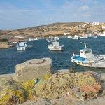 Il porticciolo di pescatori di fronte alla taverna Aneplora