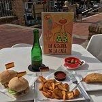 Otra vez muy rica la comida...probé las mini burger,tapita de patatas bravas,empanadilla de espi