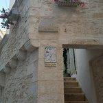 Хозяйка этого жилища пригласила нас на крышу для фото во время нашей свадебной прогулки)
