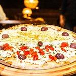 Alem das pizzas maravilhosas aos sabados tem.uma feijoada sensacional vale muito a pena ! Guarul