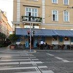 Кафе- ресторан с парадного входа.