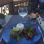 Un des plats du jour, un tartare de thon et légumes de saison