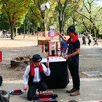 野外ステージ近くでは大道芸人がパフォーマンスをしてました。