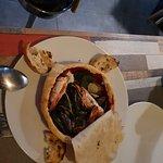 Deliziata da frutti di mare in terrina ricoperti si scorza di pane e da ravioli ripieni di gambe