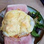 Lekkere gebakken eieren met ham en kaas en bol met zalm en tonijn.