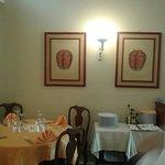 Alcuni piatti e la sala.