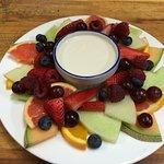 Assiette de fruits frais et yaourt