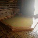檜の壁、天井 浴槽は5~6人サイズ