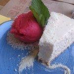 Kremowy sernik kokosowy z sorbetem malinowym