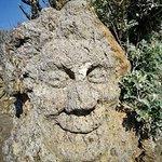 Blick auf die Felsen mit den Skulpturen