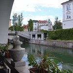 Terraza y rio al fondo los tres puentes