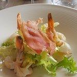 médaillons de lotte, foie gras, croustillant de cochon, gambas