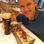 Una vicentina de hongos con un chopp de cerveza negra