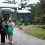 Eu e a guia de turismo do tour no Palácio de Cristal de Petrópolis, Petrópolis, Rio de Janeiro.