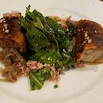 Entrée: croustillant de confit de canard, fondue d'échalotes, vinaigrette au sésame