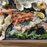Antipasto di pesce crudo e crostacei marinate