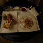 Bestellung beim Roomservice: Clubsandwich und Dessert (Kuchen)