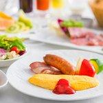 【朝食】 シェフ特製のふわとろオムレツが自慢の1品でございます。