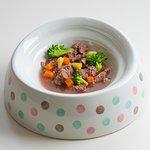 【わんちゃんごはん】  写真は人気メニュー『たっぷり牛肉の角切り』でございます。お肉やお野菜を使ったメニューのほかに、デザートメニューもございます。