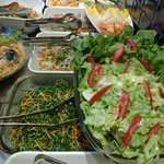 BBalcão de Saladas com 16 variedadesalcão de Saladas com 16 variedades