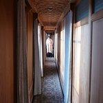 Der lange Laufgang führt zu den Zimmern im hinteren Bereich des Hausboots.