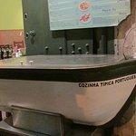 Bote de mariscos y pescados con su farol lleno de hielo(para exhibición de los productos que ofrecen)