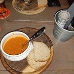 A sopa, a  mesa rústica e o baldinho, onde vêm os talheres e guardanapos!