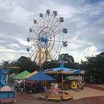 併設された遊園地の観覧車全景。