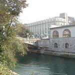 вид на мост с набережной реки