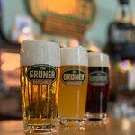 Grüner Bier: Grüner Hell 2,75 €, Grüner Trüb 2,85€, Urfränkisch Dunkel. Aus mundgeblasenen Gläsern. Jedes Glas ein Unikat!