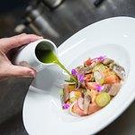 Ensalada de tomate con sardina ahumada, huevas de pez volador y licuado de lechuga al ajillo