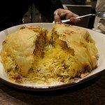 Piatto tipico degli Emirati con riso allo zafferano e pollo