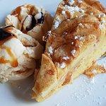 Eplekake med fransk vaniljeis og salt karamellsaus....