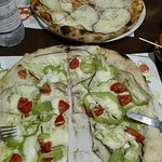 Pizza eccezione a Lamezia Terme! Farina di tipo 1, ingredienti di ottima qualità. Parmigiana e vegetariana.