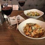 Паста с креветками и шпинатом, паста с песто и красное вино