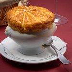 """Soupe de moules """"Bouchot"""" en coco^e lutée, fondue de poireaux et safran"""