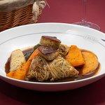 Chou farci au paleron de bœuf, foie gras de canard poêlé et légumes d'hiver