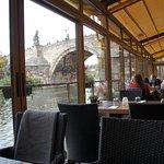 Skvělé místo krásný výhled doporučuji je to ponton na Vltavě u Karlova mostu